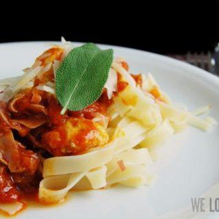 Thymian-Salbei-Pasta mit Huhn und italienischem Schinken