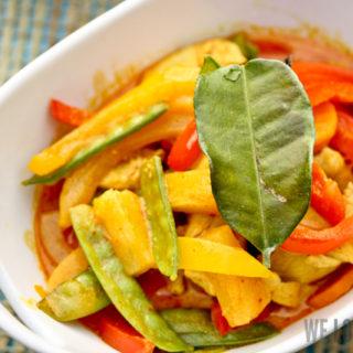 Gelbes Thai-Curry mit Gemüse, Ananas und Huhn
