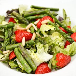 Spargel-Erdbeer-Salat mit Holunderblütendressing