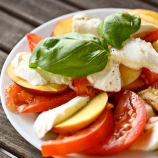 Insalata Caprese mit Pfirsich