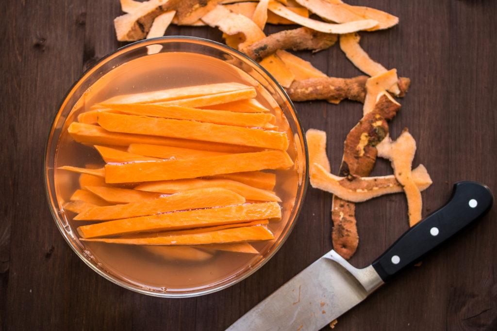 Die knusprigsten Süßkartoffelpommes kann man auch selbst machen - mit einem Trick werden sie innen zart und außen crunchy!