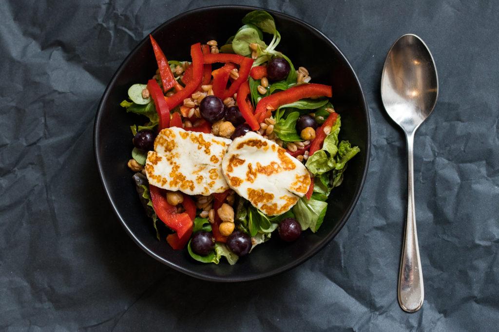 Die Halloumi-Bowl mit Dinkel und Kichererbsen ist ein schnelles Mittagessen zum Mitnehmen und Vorbereiten - eine wunderbare Lunchbowl eben!