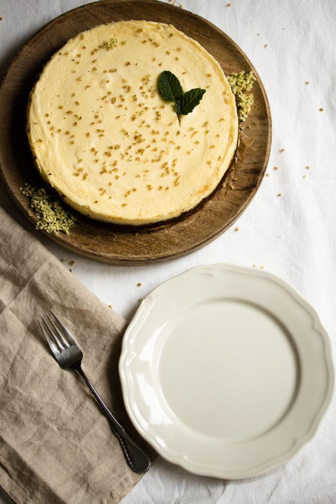 Holunderblüten-Cheesecake für den Frühling: mit Holunderblütensirup statt Zucker und Dinkelkrümelboden