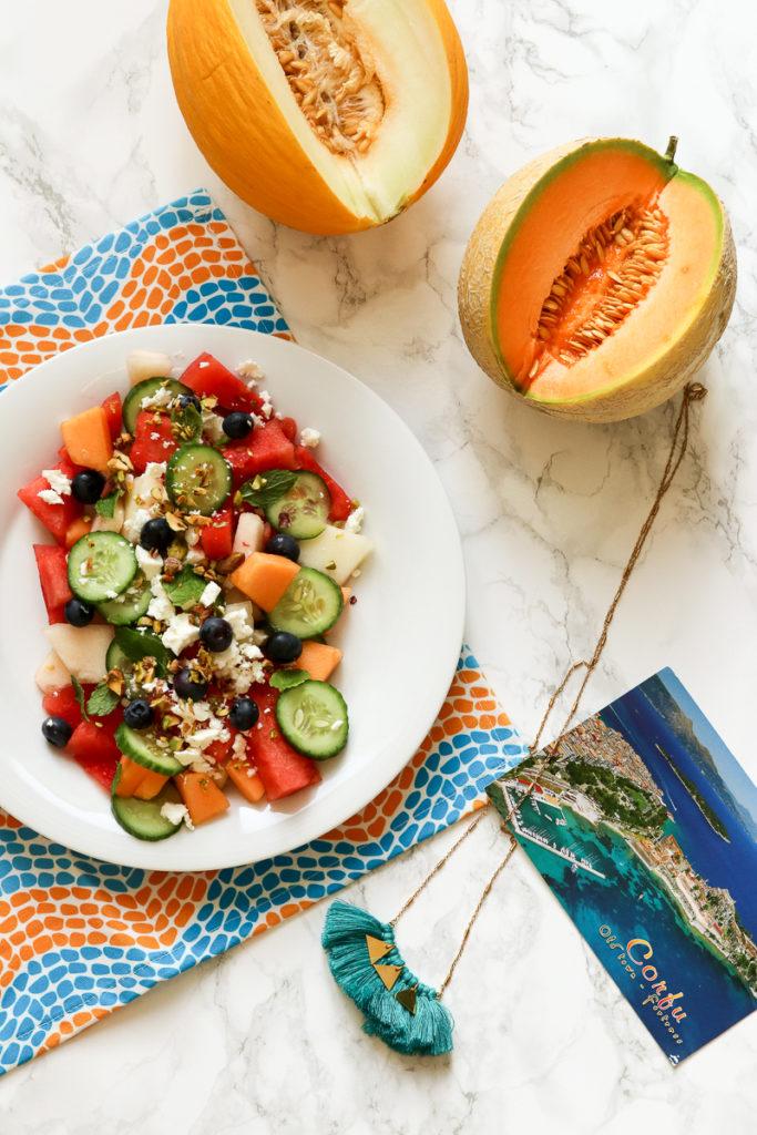 Melonen-Feta-Salat, mit dreierlei Melone und Pistazien: Sizilien trifft Griechenland. Rezept für Fernweh und den Sommersalat schlechthin!
