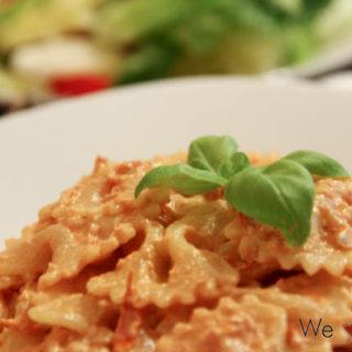 Farfalle mit Tomaten-Frischkäse-Sauce