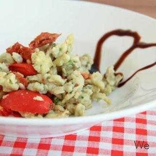 Basilikumspätzle mit Tomaten, Mozzarella und Pinienkernen