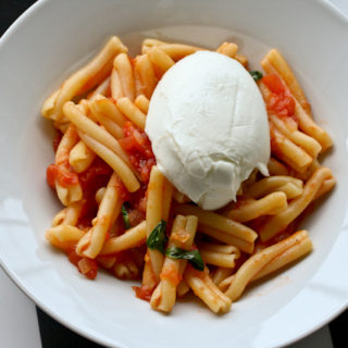 Pasta mit frischer Tomatensauce und kaltem Büffelmozzarella