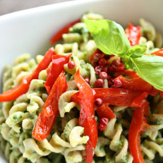 Pasta mit Avocado-Basilikum-Pesto und Paprikastreifen