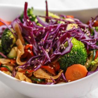 Noodle Bowl mit Gemüse und cremiger Currysauce