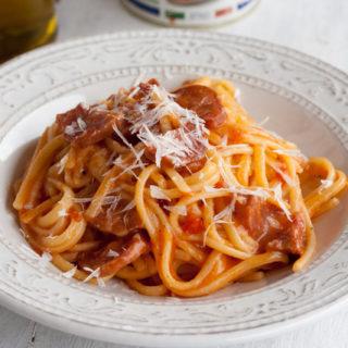 One Pot Pasta mit Salami und Tomatensauce