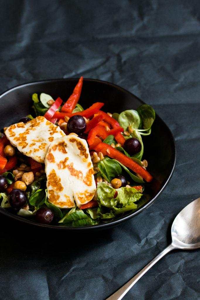 Halloumi-Bowl mit Kichererbsen, Paprika und Dinkel - ein tolles, schnelles Mittagessen!