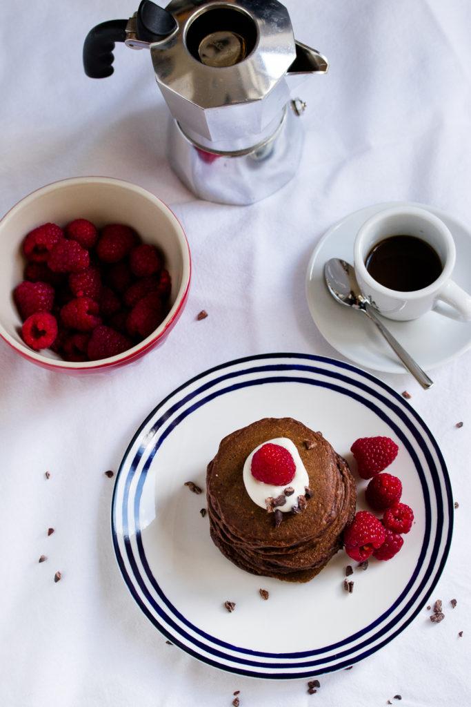 Gesunde Schoko-Pancakes: ohne Mehl, mit Haferflocken und griechischem Joghurt. Ein Rezept von www.we-love-pasta.de
