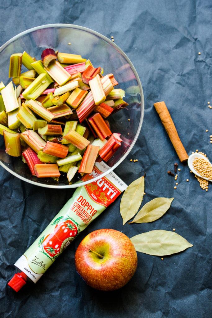 Rhabarberketchup mit Apfel , süß-sauer und leicht scharf, perfekte Beilage zum Grillen!